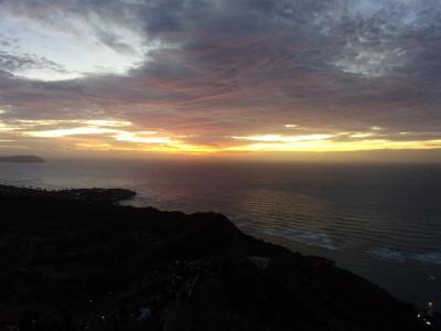 フライングホヌで行くハワイ1泊3日の弾丸旅行(3)面白い人と触れ合う夜のワイキキ散策 & 絶景!ダイヤモンドヘッドのサンライズ