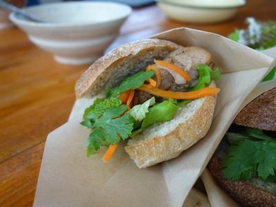 沖縄(3.4) 今日のランチはすてきなサンドイッチ。沖縄はランチ処も奥が深い。