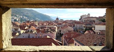 城壁の窓から覗くドブロブニク
