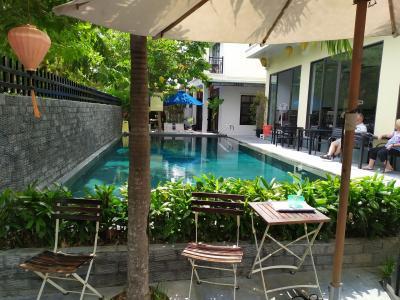 ベトナムの世界遺産ホイアン、雷と雨とランタン祭り(その1 激安プール付き豪華ホテルと名物)