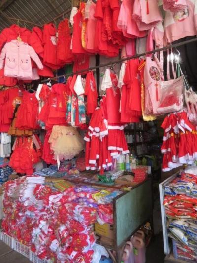 ラオス 「行った所・見た所」 ビエンチャンの大きな市場・タラートトンカンカムと寺院を散策