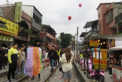 2020新春、台湾旅行記11(13/14):1月8日(5):十分瀑布、天燈揚げ、ローカル電車、九分、夕食後台北へ