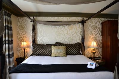 バンクーバーと近郊の島々へ(11)~バンクーバー島のビクトリアへ チューダー様式のロマンティックなホテル《Abigail's Hotel》