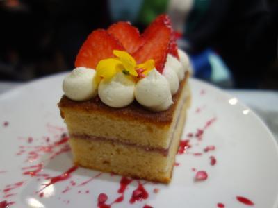London(5.10) Liberty の Arthur's Restaurant でお茶しました。ケーキもお茶もおいしかった。