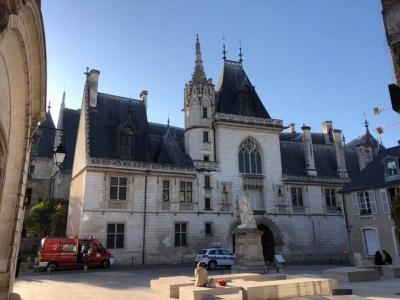 今日はアルケスナンとプールジュのサンテティエンヌとジャック・クールの宮殿に行ってきました。