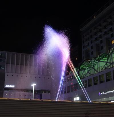 京都駅前で Aqua Fantasy なる噴水のショーをやっていました。とてもきれいでした。