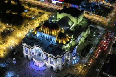 2020 メキシコシティで21時間のトランジット ソカロに一泊してせまーく歩く