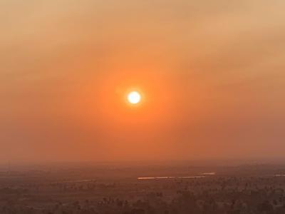 カンボジア:朝日がのぼるウドンの丘と仏塔群
