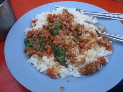 バンコクで、屋台等、安価な食事を提供する場所を探しました。気軽な食事が好きです。