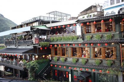 台湾でベタな観光地を回る旅。その3、2日目の最後は九份。海悦楼でお茶をして、絶景BARでカクテル。