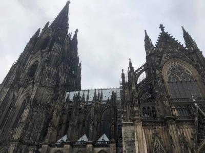 今日はケルンの大聖堂とヴァルラーフ・リヒャルツ美術館に行く。その後アーヘンの大聖堂に行く