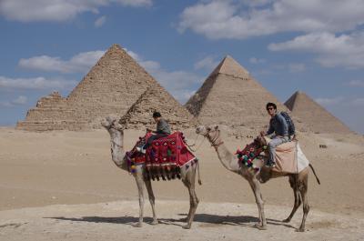 父と娘の週末弾丸ツアー ピラミットでスフィンクスと猫ひろしポーズ①