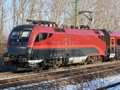 赤い「レイルジェット」でオーストリアからハンガリーへ