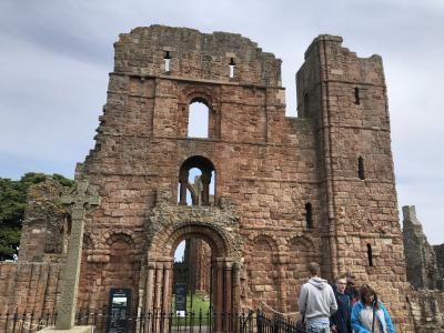 ホーリーアイランドのリンデッスファーン城とリンデスファーン修道院です。