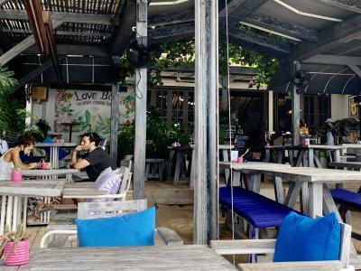 サヌールビーチ沿いのカフェ、コロナなのにオープン!