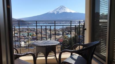 部屋から富士山を眺める河口湖一泊二日の旅