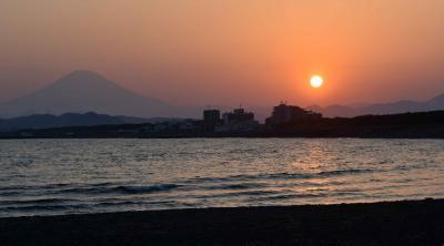 コロナ禍の茅ヶ崎海岸・・・サーファーが。2020年昭和の日夕景