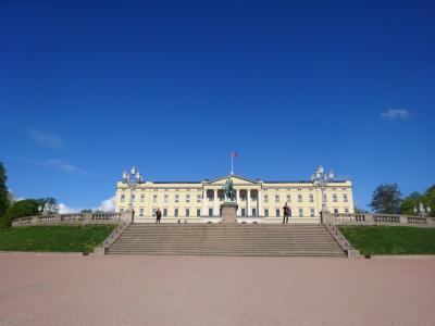 混乱の10連休、北欧の美しい自然と街巡りの旅:スウェーデン、ノルウェー旅行【22】(2019年GW 6日目① 青空に映える白亜の王宮)