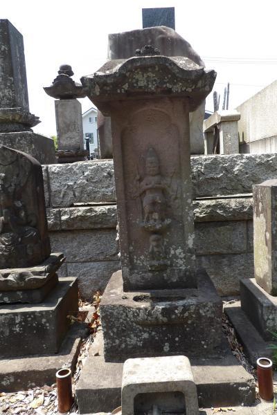 四切公園並びの墓地中央入口上の庚申塚(横浜市港南区港南台2)