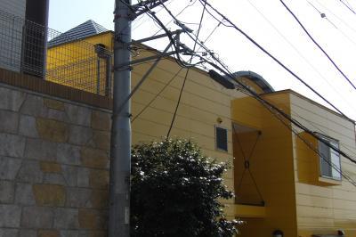 丸屋根と寄棟尖塔の黄色い家(横浜市南区大岡3)