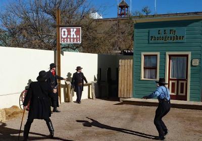 西部劇の町でOK牧場の決闘を見る