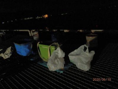 車中泊5と6と7と8豊浜22と23と24と25釣り桟橋 ゴミ袋のとなりにだれかが置いた袋