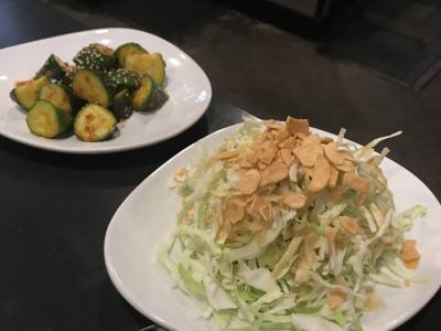 店内飲食の再開が始まったロサンゼルスのレストランで食事