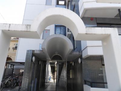 丸屋根の庇とゲートのあるマンション入口(横浜市南区榎町2)