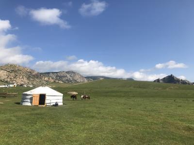モンゴルで馬に乗る