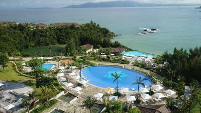 二度目のハレクラニ沖縄は夫と一緒に☆リゾートステイを満喫できて最高 !! 1日目: 小雨の中プールで楽しむ☆☆