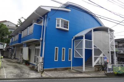 丸屋根のブルーのアパート(横浜市南区大岡5)