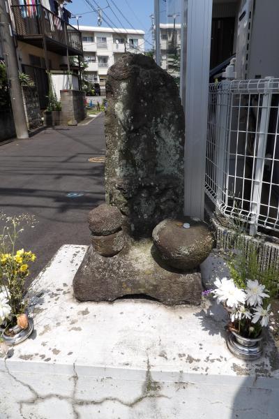 岡村天満宮天神道路沿い角の庚申塔(横浜市磯子区岡村3)
