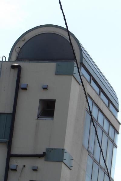 弘明寺公衆トイレ横の丸屋根のビル(横浜市南区大岡2)