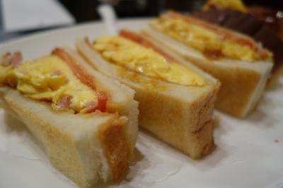 20200702-1 大阪 新梅田食道街のYCで、オムレツサンドを頬張る