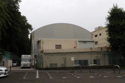 丸屋根の根岸小体育館(横浜市磯子区西町)