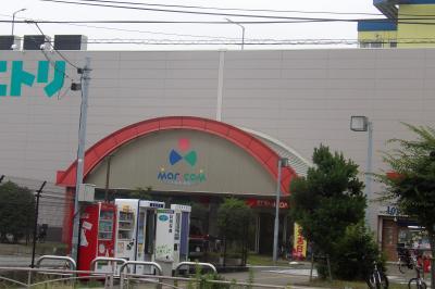 丸屋根のショッピングセンターの入口庇(横浜市磯子区磯子1)