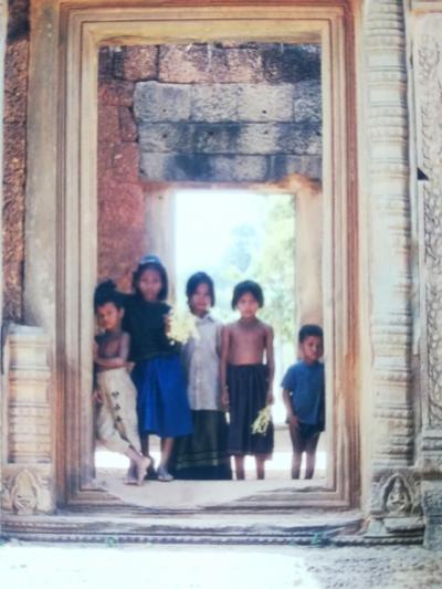 2000年1月子連れカンボジア旅(2)☆美しい女神たちが迎えてくれるバンテアイ・スレイ&アンコールトムへ(^^♪
