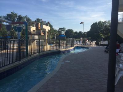 サウスカロライナ州 リッチフィールド ビーチ - ホテルのプールでのんびり