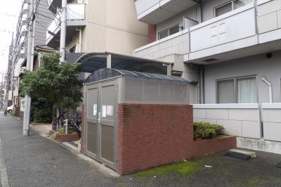 丸屋根のマンション入口と丸屋根のゴミ置き場(横浜市南区永楽町2)