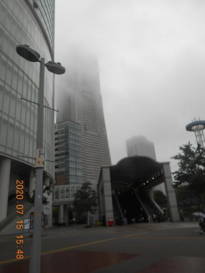 ランドマークタワーと雨の桜木町駅前広場