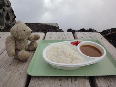 目指せ、国内3000m級22峰踏破!<1-4>富士山登頂 須走口七合目~八合目 本七合目でのランチはこんな感じのカレー!