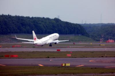 18.初夏の札幌パークホテル2泊 新千歳空港 JALサクララウンジ ラウンジから飛び交う飛行機の写真を写します
