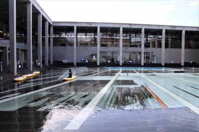 夏は館内のプールでボードカヌーを楽しめる雪まつり発祥の碑が立つ越後妻有博物館訪問