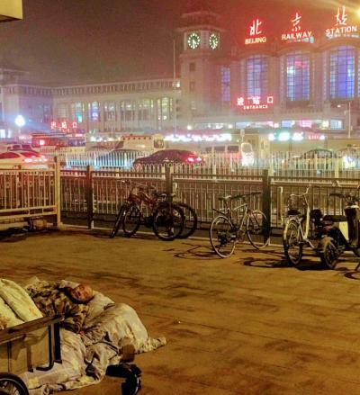 真夜中 の  北京駅  道路で  寝てしまう  人々     ...........  2019