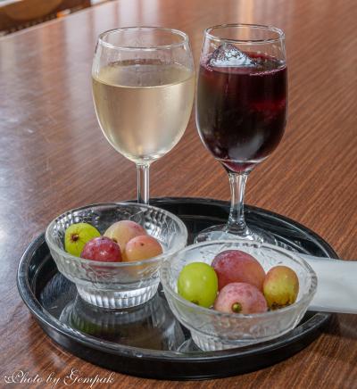 葡萄薬師如来を拝観し、寺のワインを試飲する
