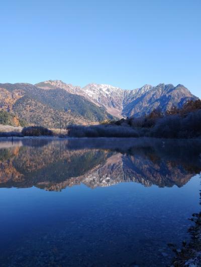 紅葉した山が水面に映る絶景