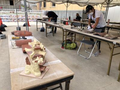 首里城赤瓦漆喰はがしボランティア