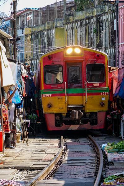 思い切ってバンコク郊外に観光へ その1 メークロン列車市場