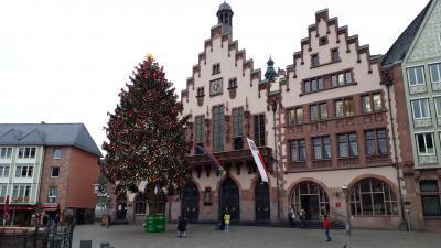 2020年12月フランクフルトのレーマー広場はクリスマス市もなくツリーだけが寂しく立っていた