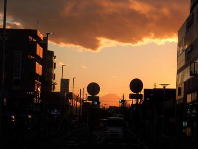 上福岡駅から見られた夕焼け富士